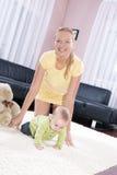 Schöne Mamma mit ihrem Sohn, der glücklich spielt. Stockbilder