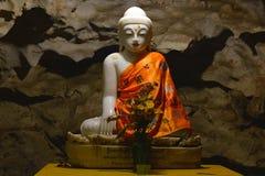 Schöne Marmor-Buddha-Statue innerhalb heiliger Höhle Bayin Nyi in H Stockbilder