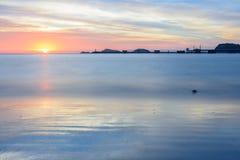Schöne Meerblickansicht am Nang-Rumstrand mit Hafen, Hügel, Leuchtturm, Wolke und Dämmerungshimmel als Hintergrund Stockbild