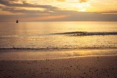 Schöne Meerblickparadiesansicht mit Sonnenunterganglicht und Dämmerungshimmel bei Chao Lao Beach, Chanthaburi-Provinz, Thailand lizenzfreies stockbild