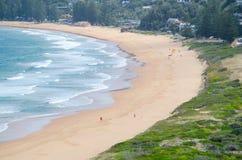 Schöne Meereswogen und Sand tauchen an Palm- Beachansicht herauf vom Hügel an Barrenjoey-Landspitze, Sydney, Australien auf stockbilder