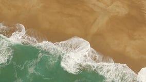 Schöne Meereswogen und spritzt auf einem sandigen Strand in Nazar, Portugal Schattenbild des kauernden Geschäftsmannes stock video footage
