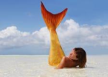 Schöne Meerjungfrau im tropischen Meer Stockbild