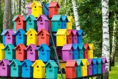 Schöne mehrfarbige Vogelhäuser im Park Hochhausvogelhaus Stockfotos