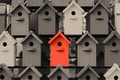 Schöne mehrfarbige Vogelhäuser im Park Hochhausvogelhaus stockfoto
