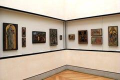 Schöne Meisterwerke hingen, gerade so und erlaubten Schaulustigen, sie zu stoppen und zu studieren, das Louvre, Paris, Frankreich stockbilder