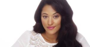 Schöne mexikanische Frau, die an der Kamera lächelt lizenzfreie stockfotos