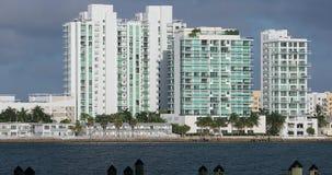 Schöne Miami-Skyline entlang Biscayne-Bucht stock footage