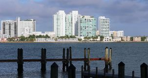 Schöne Miami-Skyline entlang Biscayne-Bucht stock video