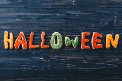 Schöne minimalistic Lebkuchenbuchstaben für Halloween auf dem Tisch Süßes sonst gibt's Saures horizontale Ansicht von oben Lizenzfreie Stockbilder