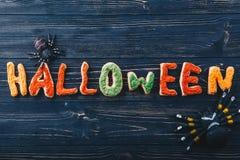 Schöne minimalistic Lebkuchenbuchstaben für Halloween auf dem Tisch Süßes sonst gibt's Saures horizontale Ansicht von oben Stockbild