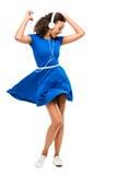 Schöne Mischrassefrau, die das sexy blaue Kleid lokalisiert auf w tanzt Stockbild