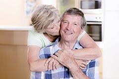 Schöne Mittelalterpaare herum 70 Jahre alte Lächeln glücklich zu Stockbild