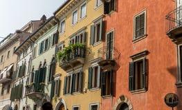 Schöne, Mittelmeerfassaden in Verona Lizenzfreie Stockbilder