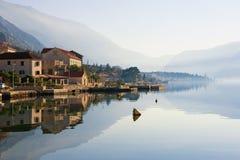 Schöne Mittelmeerlandschaft an einem nebelhaften Tag Montenegro, Ansicht der Bucht von Stadt Kotor und Dobrota Stockfoto