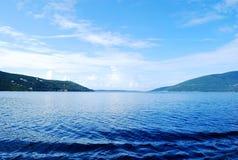 Schöne Mittelmeerlandschaft mit der grenzenlosen blauen Oberfläche und den Bergen Stockbild