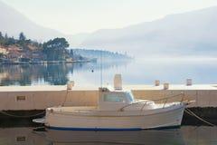 Schöne Mittelmeerlandschaft mit weißem Boot Montenegro, Bucht von Kotor Lizenzfreies Stockbild