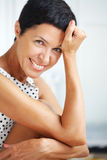 Schöne mittlere gealterte Frau Lizenzfreie Stockfotografie