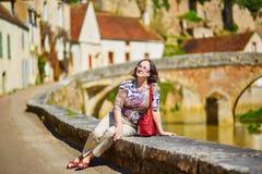 Schöne mittlere Greisin in Burgunder Stockfotos