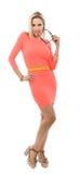 Schöne mittlere Greisin im kurzen rosa Kleid Stockfotografie