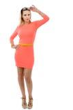 Schöne mittlere Greisin im kurzen rosa Kleid Lizenzfreie Stockfotografie