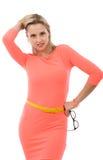 Schöne mittlere Greisin im kurzen rosa Kleid Lizenzfreie Stockbilder