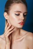 Schöne Mode-Luxusmake-up, lange Wimpern, perfekte Haut lizenzfreie stockbilder