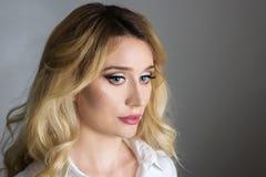 Schöne Mode-Luxusmake-up, lange Wimpern, perfektes Hautgesichtsbehandlungsmake-up Blonde vorbildliche Frau der Schönheit, blaue A Lizenzfreies Stockfoto