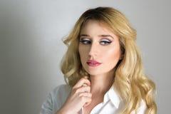 Schöne Mode-Luxusmake-up, lange Wimpern, perfektes Hautgesichtsbehandlungsmake-up Blonde vorbildliche Frau der Schönheit, blaue A Lizenzfreie Stockfotos