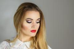 Schöne Mode-Luxusmake-up, lange Wimpern, perfektes Hautgesichtsbehandlungsmake-up Blonde vorbildliche Frau der Schönheit, blaue A Stockfoto