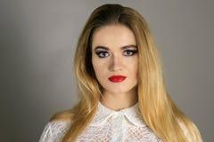 Schöne Mode-Luxusmake-up, lange Wimpern, perfektes Hautgesichtsbehandlungsmake-up Blonde vorbildliche Frau der Schönheit, blaue A Lizenzfreies Stockbild