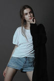 Schöne Mode-Modell-Frauenhaltung Lizenzfreie Stockbilder