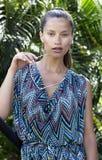 Schöne Modefrau in den Tropen Reizvolles Mädchen Stockfoto