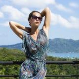 Schöne Modefrau in den Tropen Reizvolles Mädchen Lizenzfreie Stockbilder