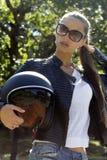 Schöne Modefrau in der schwarzen Lederjacke Lizenzfreie Stockbilder