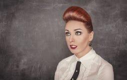 Schöne Modefrau, die oben oben schaut Lizenzfreies Stockfoto