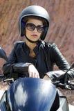 Schöne Modefrau im schwarzen Sturzhelm und Stockbild