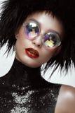 Schöne Modefrau mit kreativem Make-up, Perücke und Farbgläsern Schönes lächelndes Mädchen lizenzfreies stockfoto