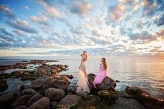 Schöne Modell-Frau auf Sonnenuntergang-Küste draußen lizenzfreies stockfoto
