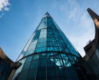 Schöne moderne Architektur auf diesem gebogenen Glasgebäude stockbild