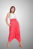 Schöne moderne Frau in der rosafarbenen breiten Hose stockfotografie