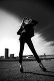 Schöne moderne Frau in der Straße Stockfotos