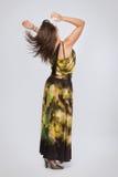 Schöne moderne Frau im grünen Kleid lizenzfreie stockfotos
