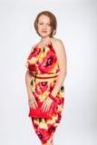 Schöne moderne Frau im mehrfarbigen Kleid stockfotos