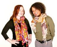 Schöne moderne Frauen in den Schals Stockfotos