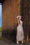 Schöne moderne junge Frau im Dorf Stockbild