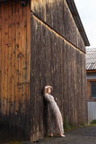 Schöne moderne junge Frau im Dorf Stockbilder