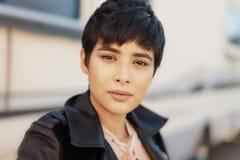 Schöne moderne junge Frau mit dem kurzen Haar lizenzfreies stockfoto