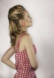 Schöne moderne Stift-obenfrau im Rosa mit dem Haar der Fünfziger Jahre Stockbilder