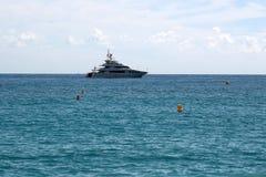 Schöne moderne Yacht in Küstennähe Stockfotografie